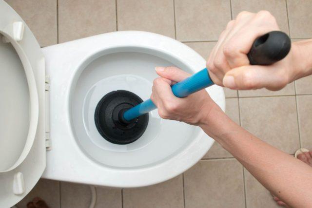トイレの流れが悪い…原因と流れを元に戻すための方法とは