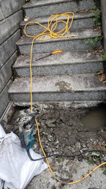 階段下の配管から水漏れ